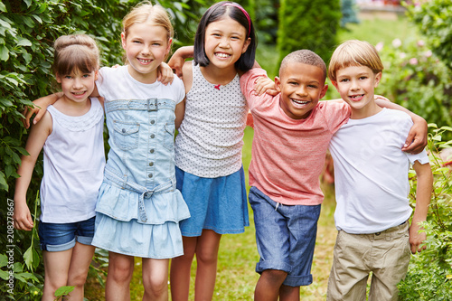 фотография  Multikulturelle Kinder als Freunde