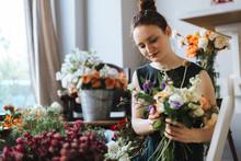 Floristin Bindet Einen Wunders...