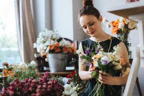 Floristin bindet einen wunderschönen Strauß Blumen