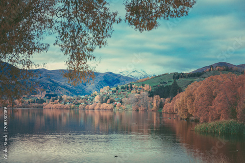 Foto op Plexiglas Diepbruine Autumn in Lake Hayes, Queenstown New Zealand landscape