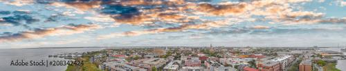 Fototapeta premium Widok z lotu ptaka panoramiczny zachód słońca w Charleston w Południowej Karolinie