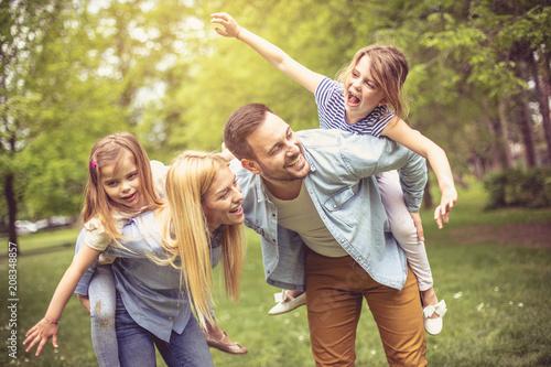 Fotografía  Happy parents with daughter at park.