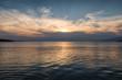 Sonnenuntergang über dem Meer mit aufziehenden Sturmwolken