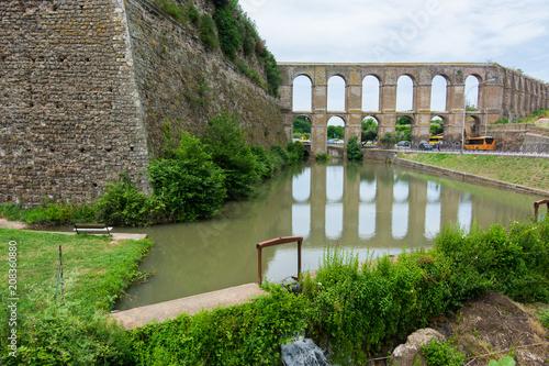 Foto op Plexiglas Europese Plekken Nepi in Lazio, Italy. Medieval aqueduct and ancient walls