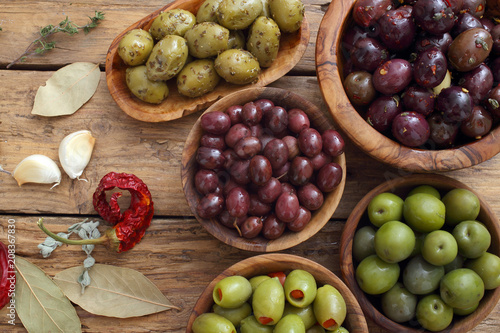Staande foto Voorgerecht olive miste su sfondo rustico