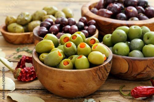 Foto op Plexiglas Voorgerecht olive miste su sfondo rustico