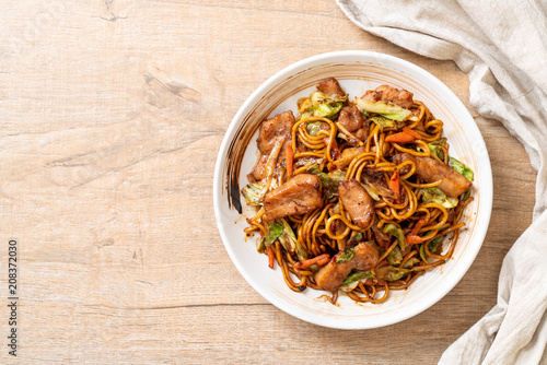 Fototapeta stir-fried yakisoba noodle with pork obraz