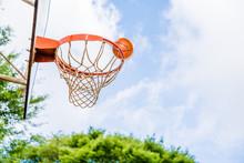 野外のバスケットボールコート