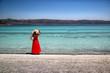 kırmızı elbiseli genç kız ve Salda gölü