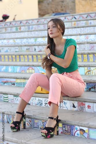 Ragazza adolescente seduta sulle scale Wallpaper Mural
