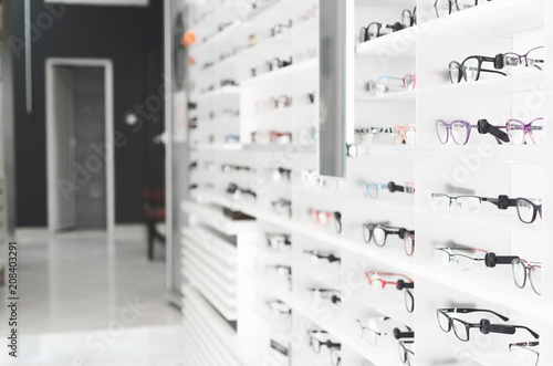 Fotografía  shelf with glasses in the shop