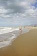 Пожилая пара идущая по песку