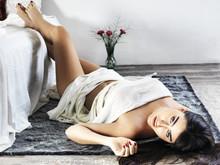 Bella Mujer Posando En Su Cama...