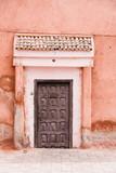 Stare drewniane drzwi z terakotą różowy kamienny mur, Marrakesz, Maroko - 208428698