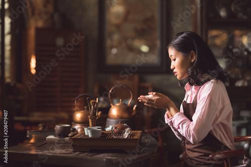 Fotografía  Young woman pouring tea
