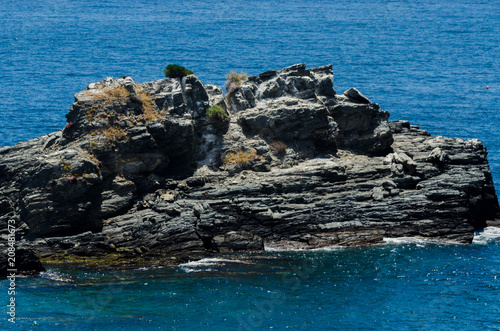 Foto op Plexiglas Kust Amazing sea with blue summer wave and rocks, relaxing view of rocks and water