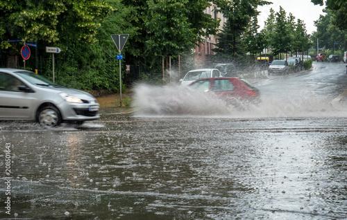 Spoed Foto op Canvas Onweer Straße steht unter Wasser nach einem Unwetter