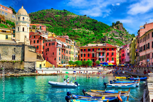 Photographie  View of the boats and old Vernazza village, Cinque Terre, Italy