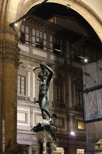 Foto  Perseus with the Head of Medusa statue in Loggia deiLanzi in Florence at night