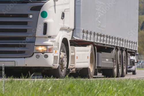 Fotografía  Lkw mit Sattelanhänger beim fahren im Frühling im Güterverkehr