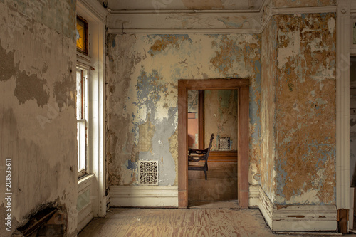 Photo Looking through a doorway of an old abandoned home