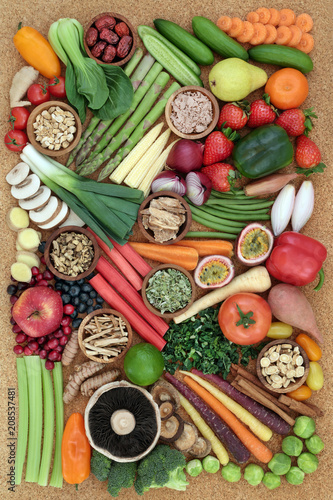 In de dag Assortiment Super food for healthy eating concept with fresh vegetables, fruit, nutritional powder & herbal supplements with foods high in anthocyanins, antioxidants, dietary fibre, vitamins & minerals. Top view.
