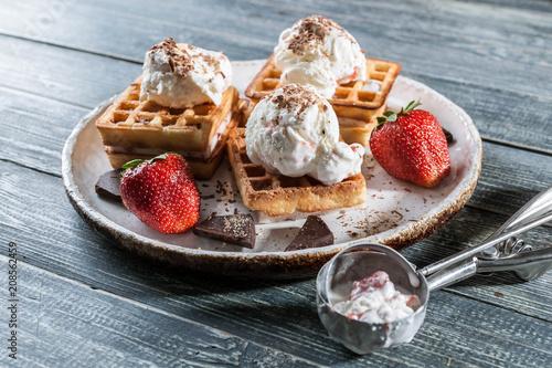 Fotografía  Belgian Wafers with vanilla ice cream, fresh strawberries and chocolate