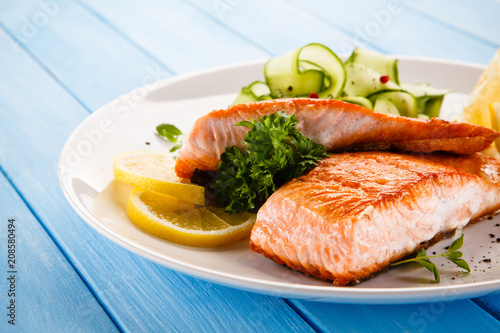 Papiers peints Montagne Grilled salmon with vegetables on blue wooden table