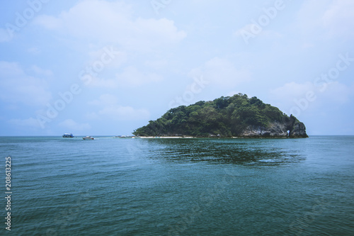 In de dag Eiland Lanscape view of island in Thailand with blue water and sky