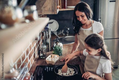 Stampa su Tela daughter and mother frying mushrooms