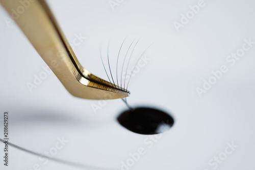 Fotografía  Eyelash extensions in the beauty salon