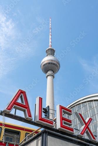 Der Fernsehturm am Alexanderplatz in Berlin, Deutschland