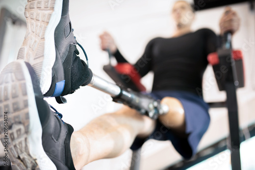 Photo Close-up of man with an amputated leg training in gym