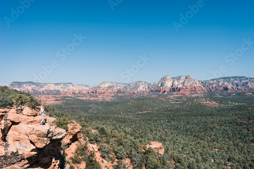 Papiers peints Kaki Young woman admiring magnificent view over valley, Sedona, Arizona, USA.