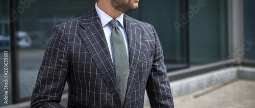 Fotografia  Man in custom tailored business suit posing outdoors