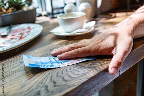 Fotografia  New Russian banknotes denominated in 2000 rubles in a male hand, he is going to