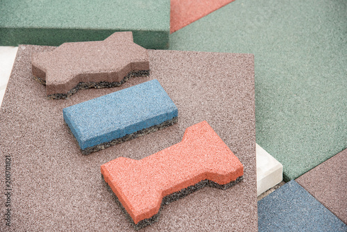 Fotografía  Modern floor covering in the form of rubber tiles of red, green and blue