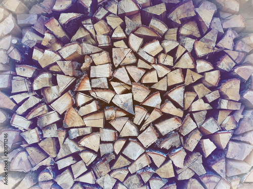 In de dag Brandhout textuur Firewood background, wall firewood, background of dry chopped firewood logs in a pile