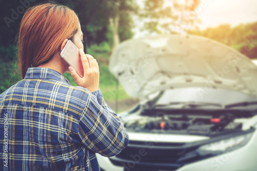 Photo Young Woman calling for assistance with his car broken down by the roadside