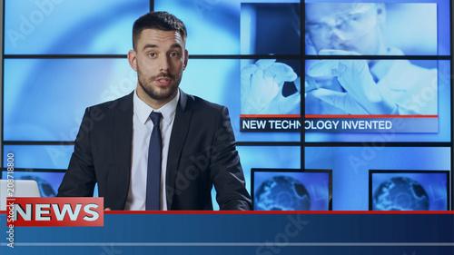 Fotografía  Male News Presenter Speaking about Breakthrough in Technology