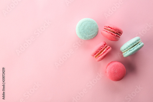 Foto auf Leinwand Macarons Tasty macarons on color background, top view