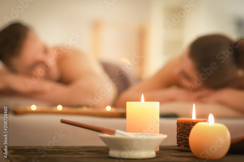 Carta da parati  Spa composition with candles and relaxing couple on background