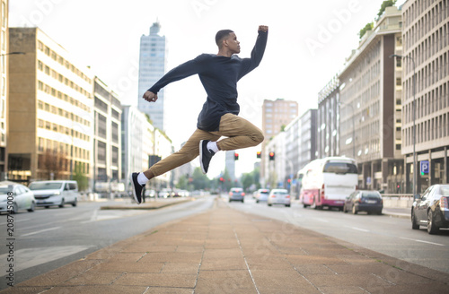 Autocollant pour porte Milan Sportive guy jumping high in the street