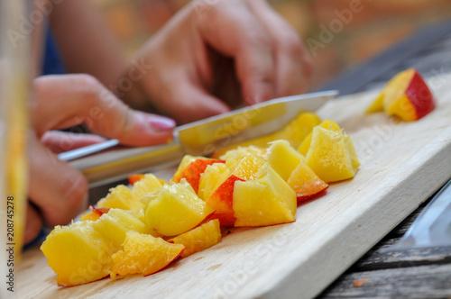 schnibbeln schneiden von pfirsich stücken frisch