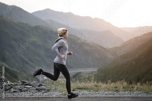 Foto  Shot of a beautiful adult woman training at sunrise.