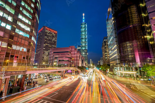 Photo  Night view of Taipei City with the light trail in Taiwan.