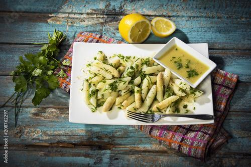 Papel de parede Spargelsalat mit weißem Spargel, Schnittlauch, Blattpetersilie in einer Gemüse-S