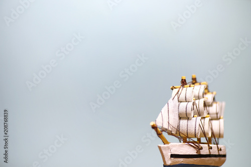 In de dag Schip Old wooden ship with sails and masts toy on a stand. Vintage and