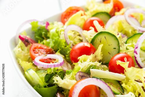 Fototapety, obrazy: Insalata fresca con pomodori, cetrioli, cipolle, lattuga e timo