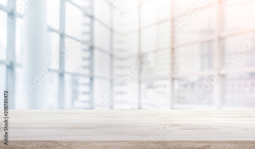 Photographie Wood table top on blur white glass window background form office building